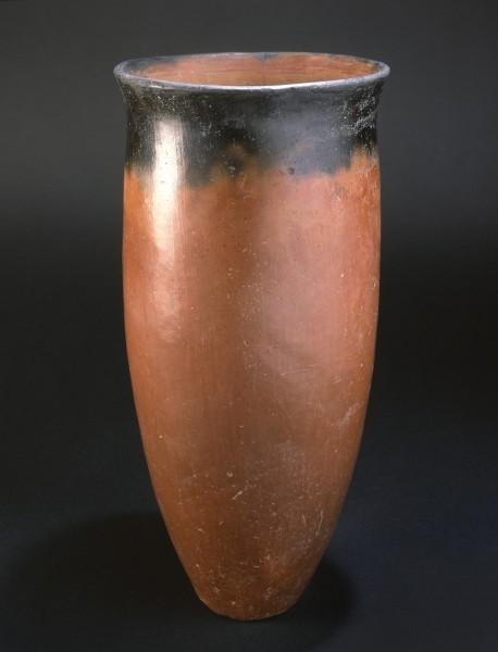 """Vaso """"a bocca nera"""" di forma troncoconica con bordo leggermente estroflesso"""
