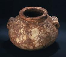 """Vaso di forma schiacciata con bordo estroflesso e anse """"a orecchio"""""""
