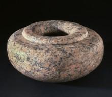 Vaso di forma schiacciata con bordo in rilievo