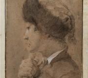 Ragazzo di profilo con cappello bordato di pelliccia