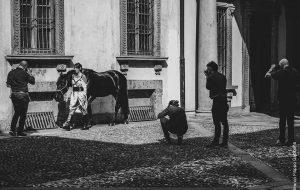 La performance e i fotografi<br>Un prendere posto delle immagini di forme concrete