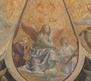 Tre angeli inginocchiati verso destra