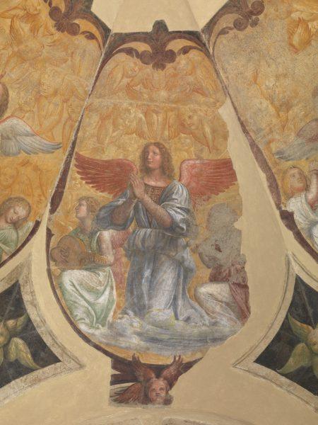 Angelo orante tra due angeli musicanti inginocchiati e schiere di cherubini; un cherubino rosato a quattro ali